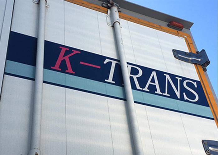 ケイトランス株式会社のロゴが書かれたトラックのバックドア